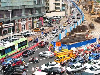 葛村建政路口围挡施工 上下班高峰期拥堵不堪(图)
