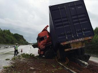 高清:广昆高速大货车甩尾严重损毁