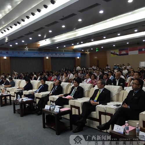 2015中国-东盟职业教育高峰论坛举行