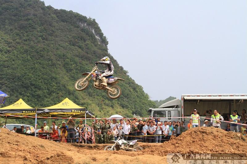 飞跃的摩托车