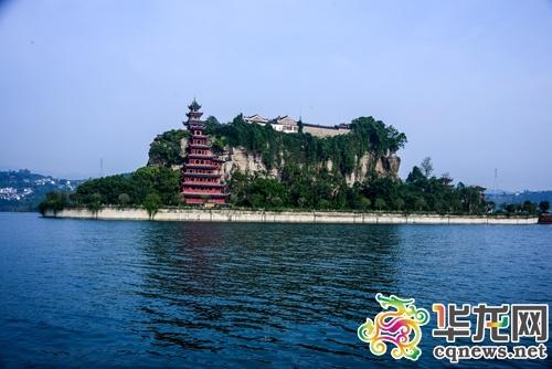 李黎)說到長江三峽旅游,不得不提到石寶寨,位于重慶市忠縣的石寶寨是
