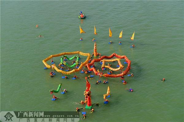 以水为媒 近3000名游泳爱好者狂欢节畅游柳江