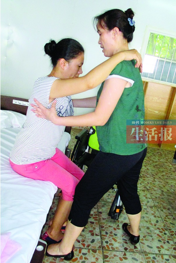 扶老人上下轮椅有技巧 家庭如何请养老护理员