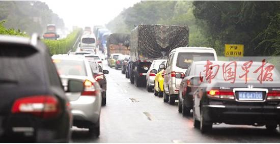 高速返程高峰提前到来 雨中行车需谨慎驾驶(图)