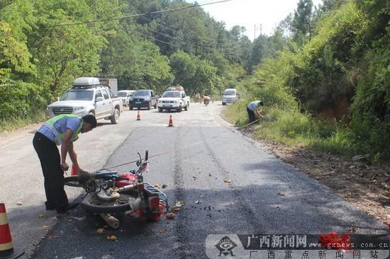 孕妇骑摩托车出事故 贺州交警迅速出警施救