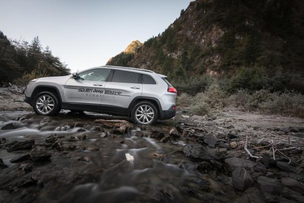 广汽菲克Jeep自由光-怒降十四万 网易试驾国产Jeep自由光高清图片