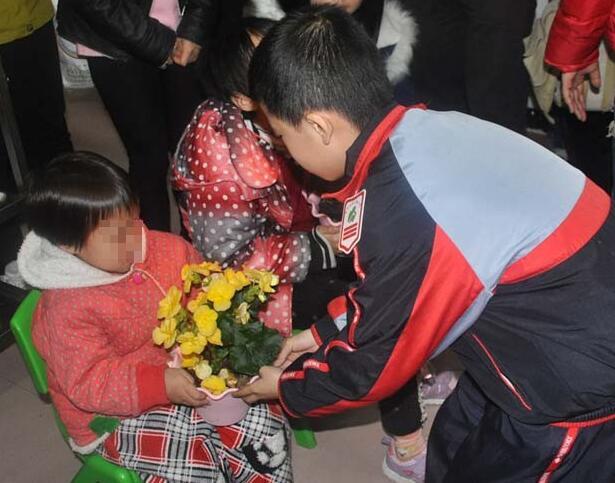 高清:南宁市民主路小学师生走进安琪之家