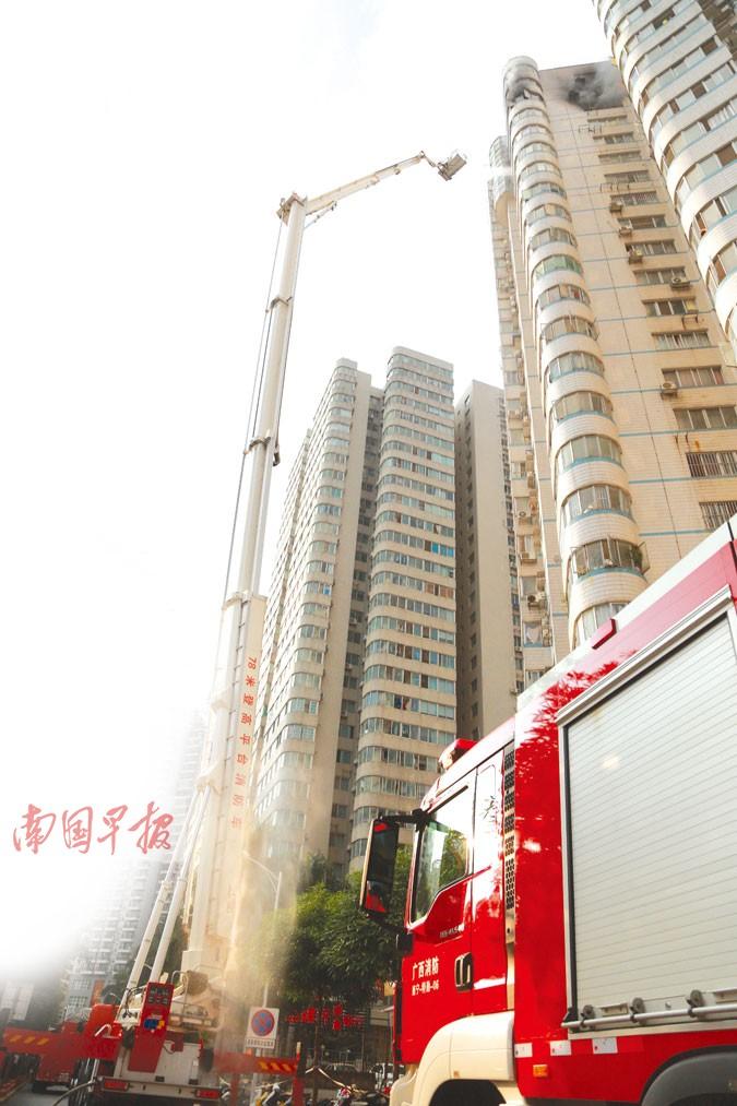 南宁一高层住宅楼第20层起火 78米云梯车高空灭火