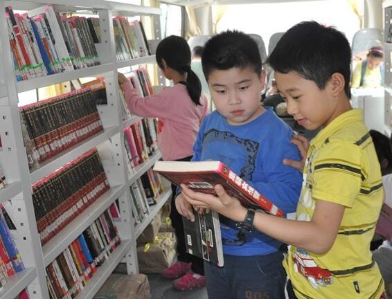 高清:世界读书日 民主路小学零距离体验阅读乐趣