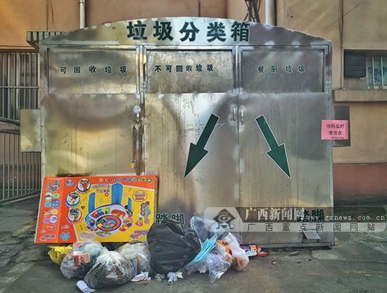 会主动把垃圾桶外的垃圾扔进垃圾桶里