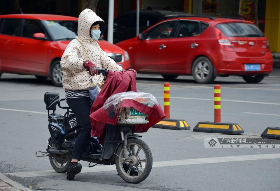 [街拍]又一轮尝试入冬 看南宁街头市民御寒