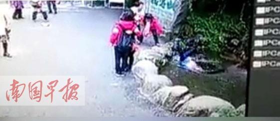 女游客在贺州姑婆山拍照 被石栏绊倒摔进排水口