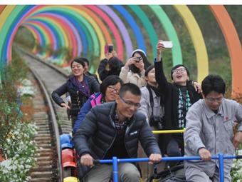 """广西废弃铁路披""""彩妆"""" 变身爱情隧道吸引游人"""
