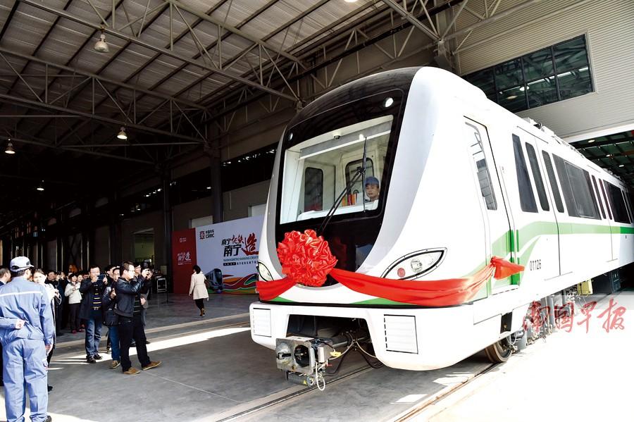 南宁地铁列车实现南宁造 新能源客车同时下线(图)