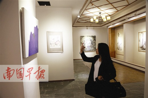艺术爱好者观看广西当代艺术展。记者 徐冰摄 广西当代艺术展南宁开幕 广西新闻网-南国早报南宁讯 (记者刘豫)1月3日下午,由北京广西文化艺术促进会主办的广西当代艺术展在南宁开幕。 本次参展的作品包含了架上绘画、装置、影像等形式。参展的当代艺术家有王铁龙、韦也、韦少东等50多位,另特邀传统艺术家谢天成、谭开等人,他们参展的代表作品共近百幅。这些作品普遍具备当代世界艺术潮流的特征。除了良好的艺术素养和坚实的艺术功底,广西艺术家的过人之处更在于不受传统规范的束缚,在重视绘画技能的同时更强调自身个性的张扬,充分