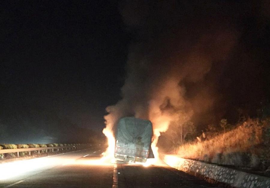 高清:广昆高速货车行车途中突然自燃