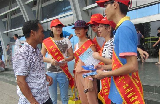 南宁控烟新规本月实施 志愿者到车站开展宣传活动