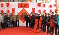 广西书法名家挥毫泼墨 为市民写春联送春联