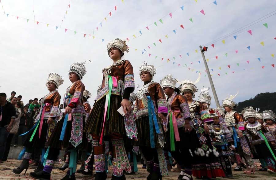 高清:柳州融安苗族群众芦笙踩堂庆新春