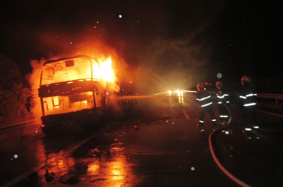 高清:泉南高速桂林往湖南方向一客车突然起火