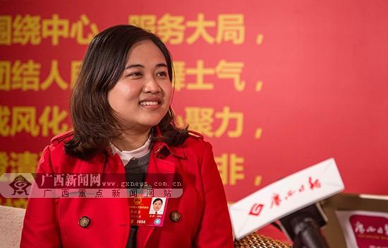 """李欣蓉梁丽娜代表:让农村搭上""""互联网+""""这趟快车"""