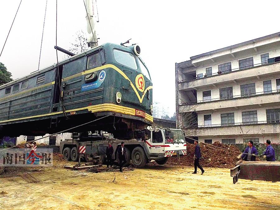 """柳州:""""元老级""""内燃机车搬迁至官塘校区作为文物"""