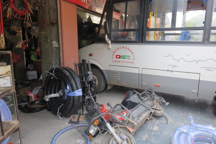 高清:桂林全州县一公交车失控撞入店面致3人受伤