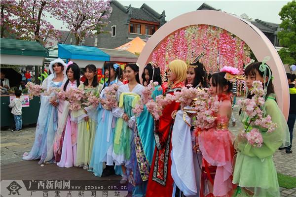 """游客为柳州""""三月三""""听歌赏花品美食点赞"""