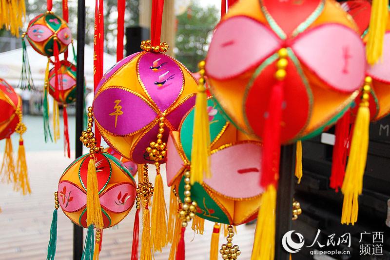 高清组图:广西特产香港卖得俏 手工绣球受欢迎