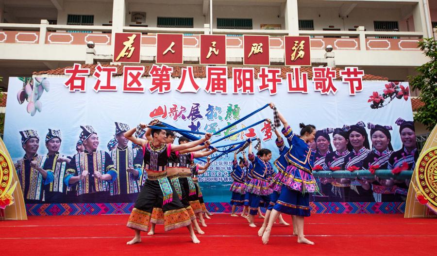 高清:百色右江区阳圩山歌节歌舞飞扬引游客