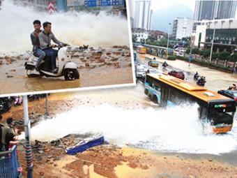 5月1日焦点图:柳州飞鹅路水管爆裂 马路变泥潭