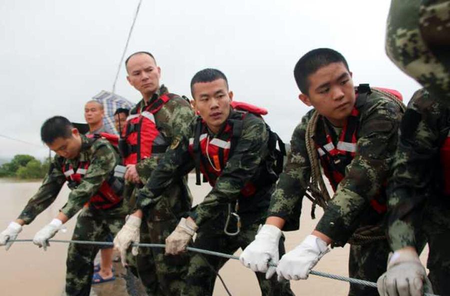 高清:桂林永福遭暴雨袭击 消防官兵救援