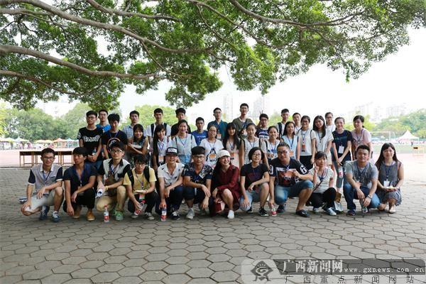 参加科技节的广西大学大学生志愿者.黄惠宁摄