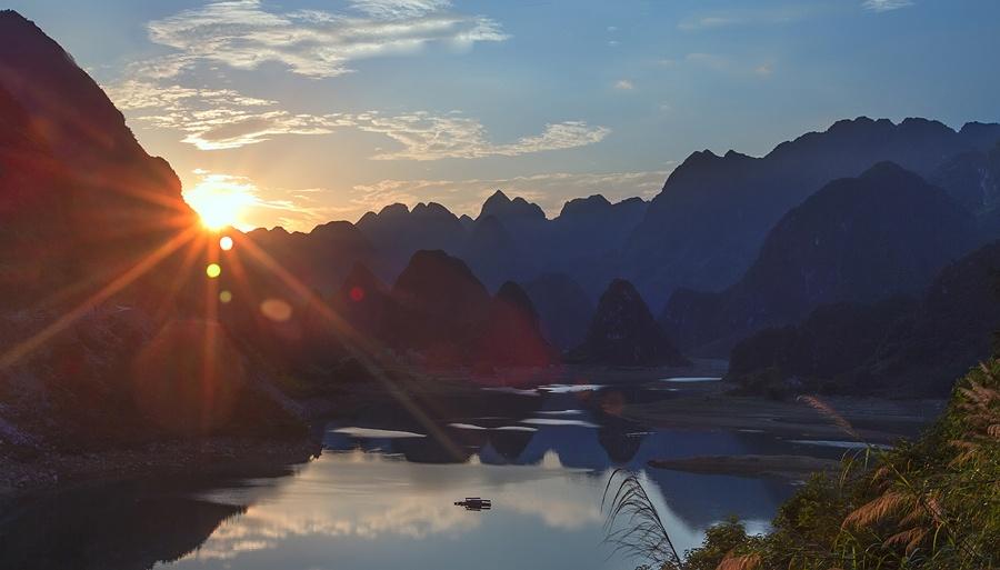 高清:凌云浩坤湖夏日景色绚丽多彩