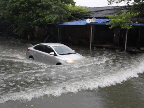 广西柳州遭暴雨侵袭 全城多路段内涝(组图)