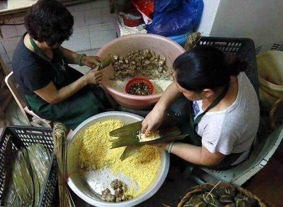 临近端午粽子热卖 青云老牌粽日产上千个不够卖