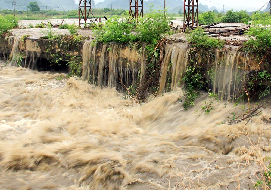 """高清:罗城遭暴雨袭击 车辆通行如水上""""行舟"""""""