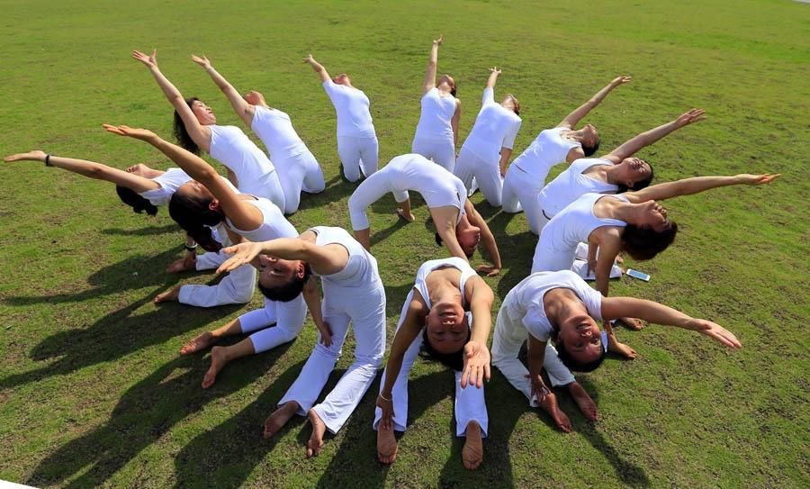 高清:百色瑜伽爱好者练瑜伽庆祝国际瑜伽日