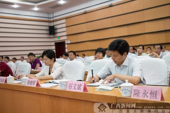 广西保监局副局长罗瑛为贵港学法讲座授课