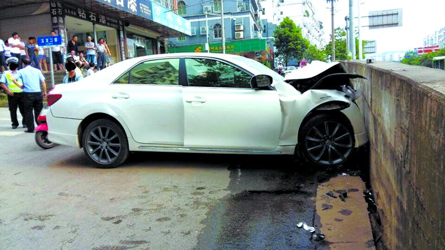小车撞上隔离墙 司机疑因未系安全带重伤身亡(图)