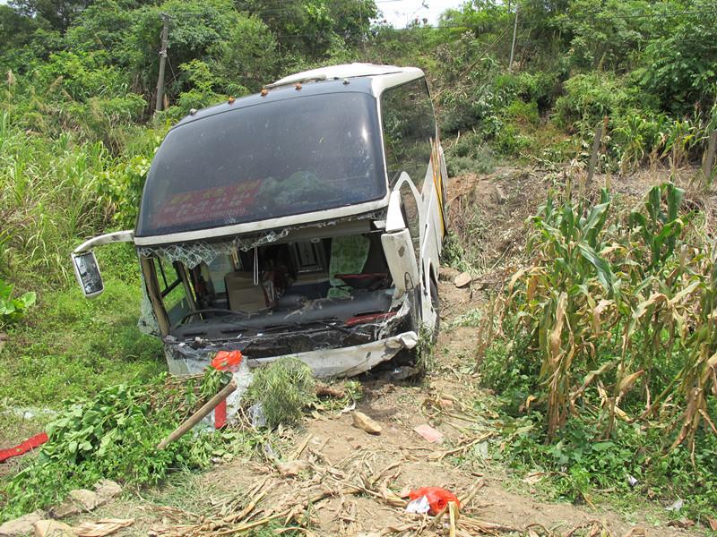 泉南高速桂柳段:大巴与小车相撞冲下护坡(图)