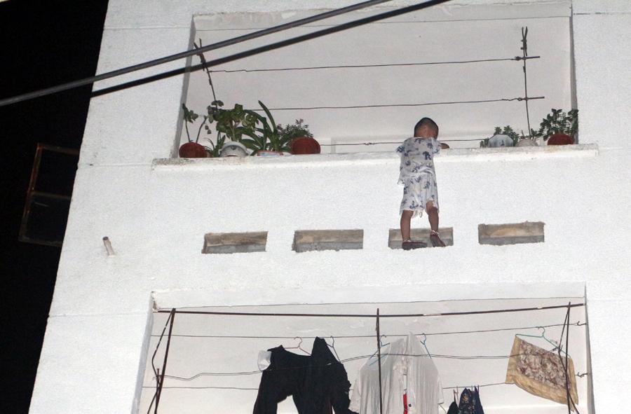 高清:4岁男孩凌晨悬挂四楼阳台