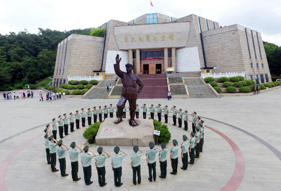 """高清:武警官兵接受红色教育迎""""七一"""""""