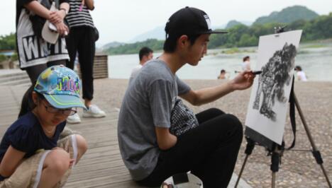 广西独臂青年身残志坚绘画出精彩人生路