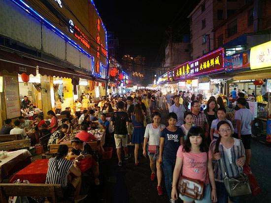 高清组图:最早光顾夜市的人 摊位打烊时他们开工