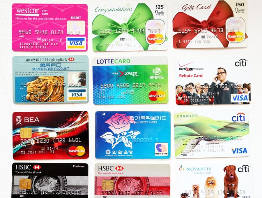 男子17年收藏3万张银行卡 达8000多个品种(组图)