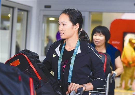 广西籍运动员韦永丽抵达巴西里约热内卢(图)