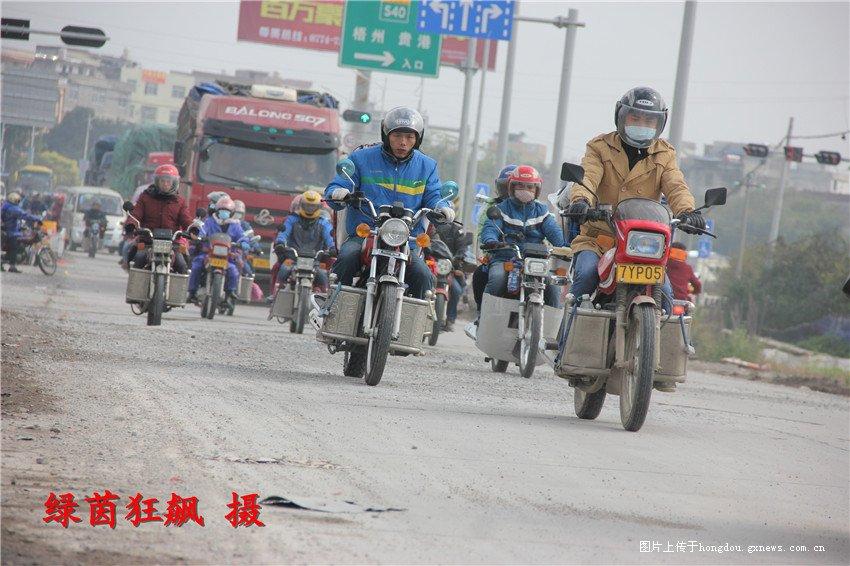 藤县春运直击---南梧路14000辆摩托震撼过境
