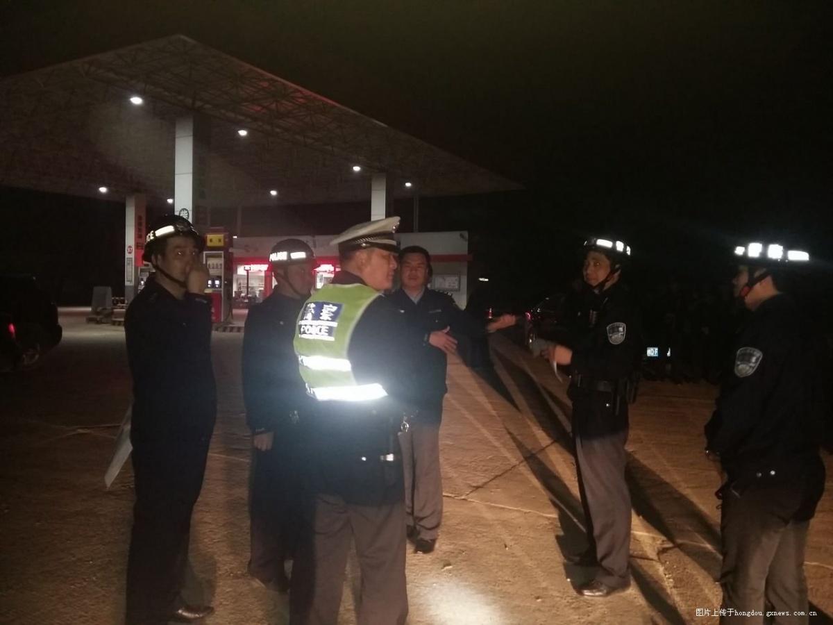 昨夜,藤县警方配枪对县城治安进行大检查