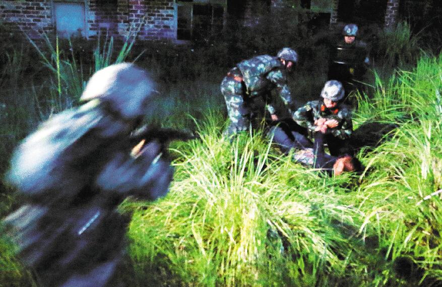 """高清:夜幕下的边境线 边防官兵上演""""边境风云"""""""